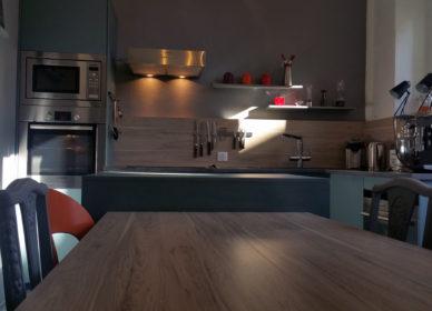 Cuisine avec îlot et table