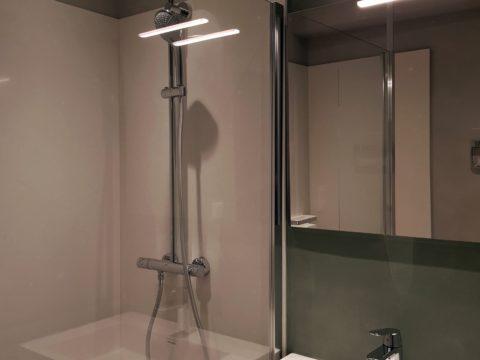 Douche à l'italienne en pierre