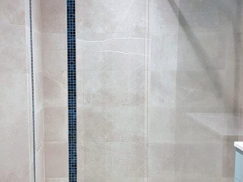 Douche à l'italienne et marbre